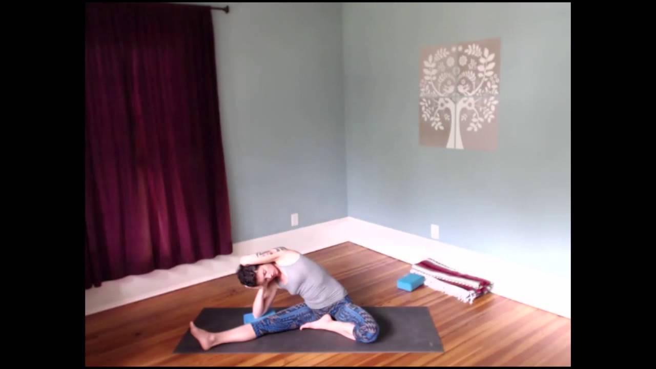 Yin Yoga side bend (parivrtta janu sirsasana)
